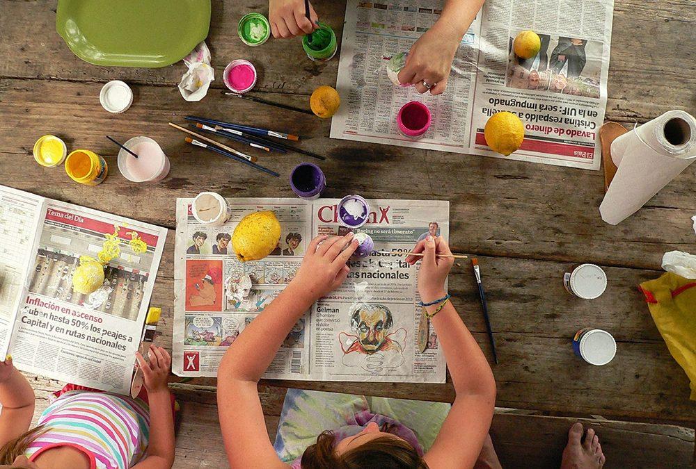 bambini che dipingono nel progetto laborarte
