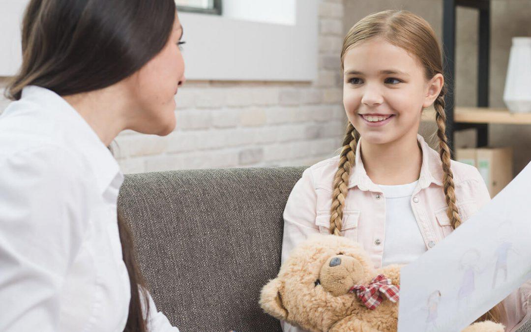 Bambina con psicologa