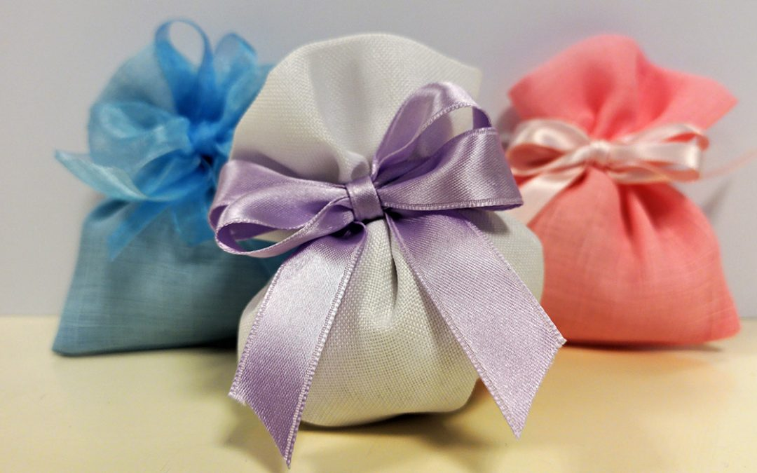 Sacchetti in juta con confetti per bomboniera solidale